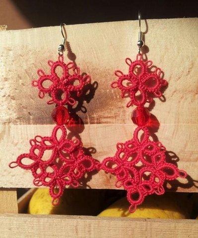 Orecchini fatti a mano, con l'antica tecnica del chiacchierino, abbelliti con piccoli cristalli sfaccettati, in rosso corallo!!