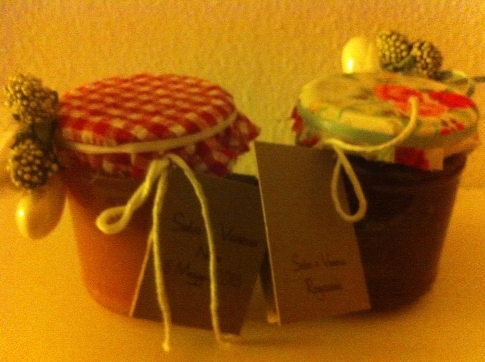Bomboniere :confetture artigianali con vasi decorati da stoffa e confetti