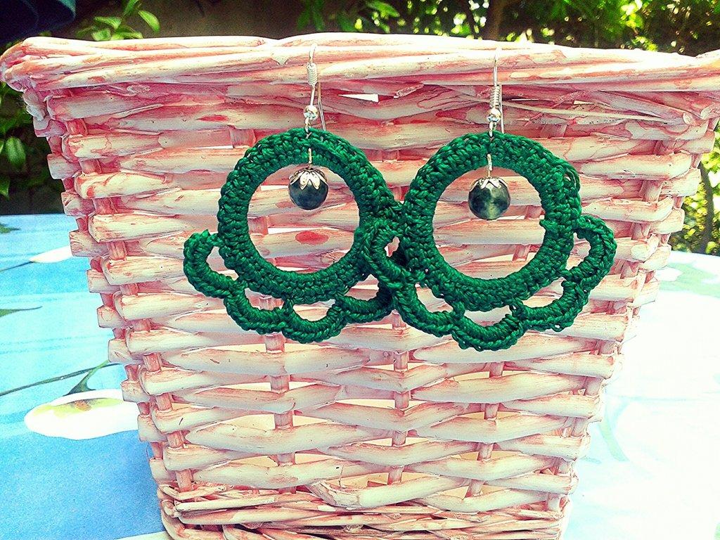 Orecchini uncinetto pendenti verdi con pietra