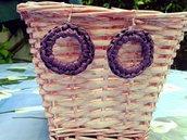 Orecchini pendenti di rafia viola