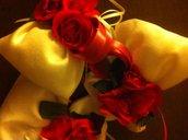 Bomboniera :sacchetto bianco profumato con decorazione di rose e nastri e confetti