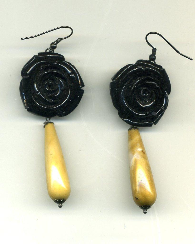 Orecchini con grande rosa nera e mokaite chiara