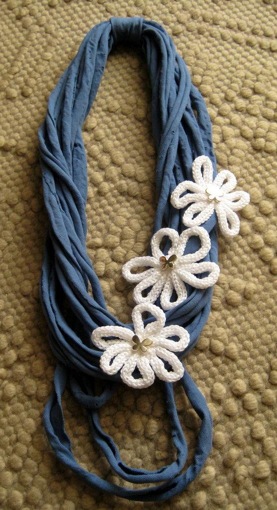 Collana in fettuccia color carta da zucchero e margherite in cotone bianco