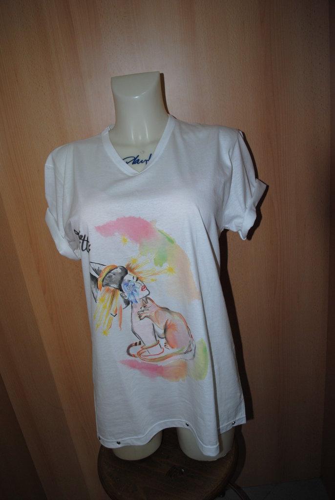 T-shirt  con borchie e disegno fatto a mano di una geisha e il suo gatto