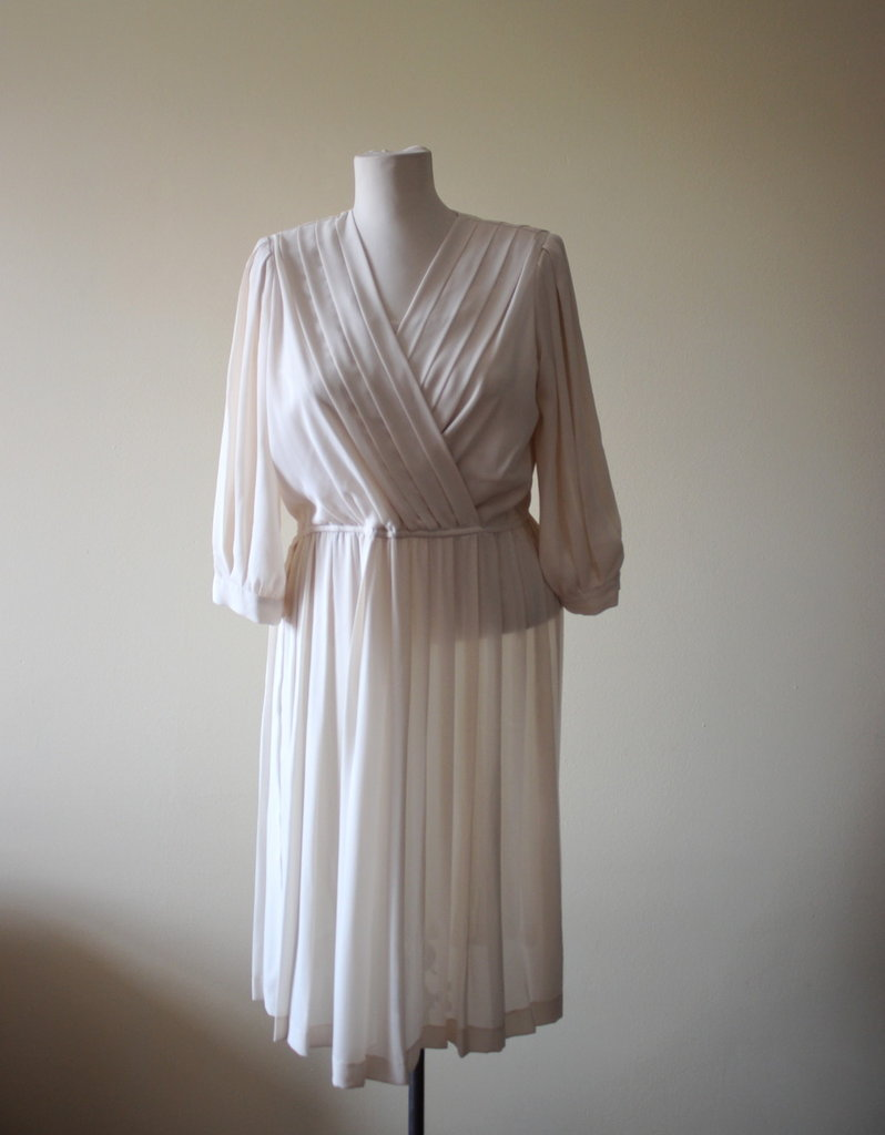 Beautiful and elegant cream/champagne 1980s vintage polyester secretary/ day/ evening dress.