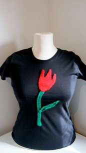 T-Shirt personalizzate/Personalized black medium size short sleeve cotton t-shirt with hand knitted red tulip and green leave.