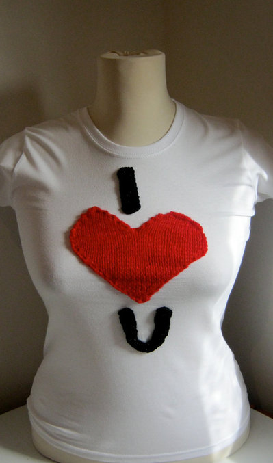T-Shirt personalizzate/Personalized white small size cotton short sleeve T-shirt with hand-knitted applications- red heart and letter I and U. I love you.