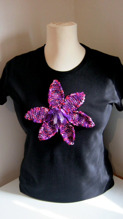 T-Shirt personalizzate/Personalized large size short sleeve black woman's T-shirt with hand-knitted application- bright purple flower.