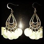 Orecchini chandelier con donut in madreperla bianca