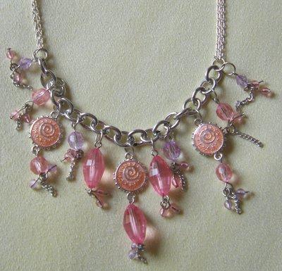 collana con catena colore argento e pendenti