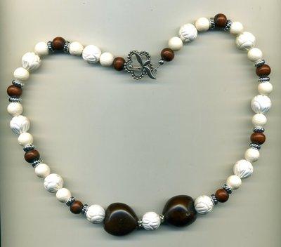 Collana in corallo bianco e legno