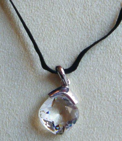collana con cordino in  velluto e ciondolo con cristallo swarovski