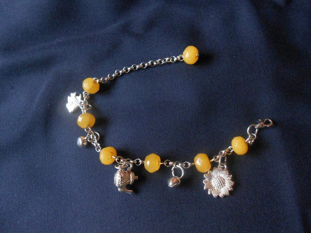 bracciale in catena di metallo argentato con agate gialle e charms