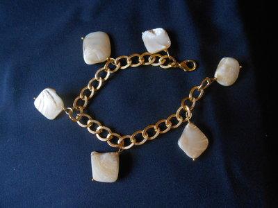 bracciale in metallo dorato e madreperle