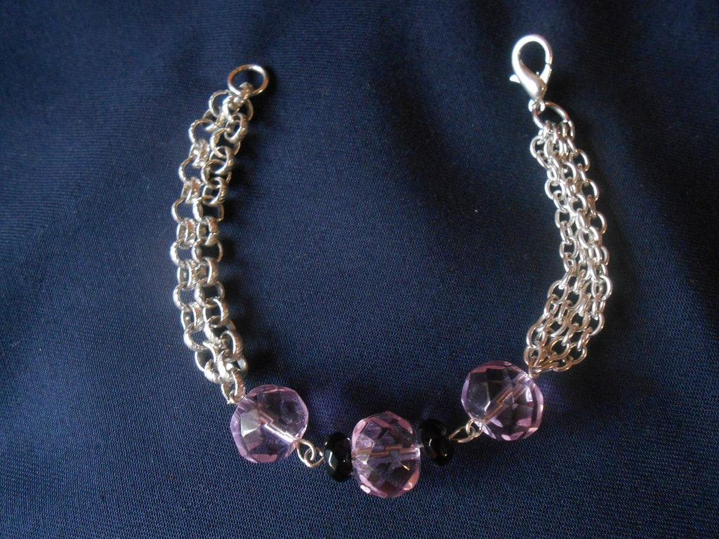 bracciale in catena  con perle sintetiche rosa e nere