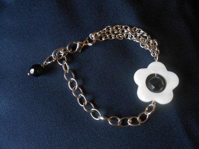 bracciale in catena e madreperla centrale a forma di fiore