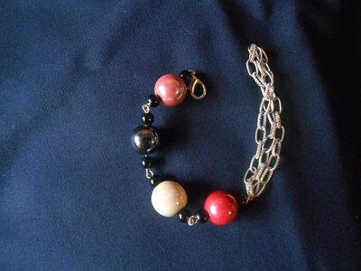 Bracciale in catena di metallo color argento con perle di porcellana