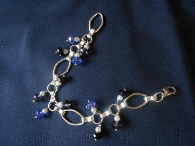 bracciale fatto a mano  con  catena a rombi color argento  , perline e swaroski