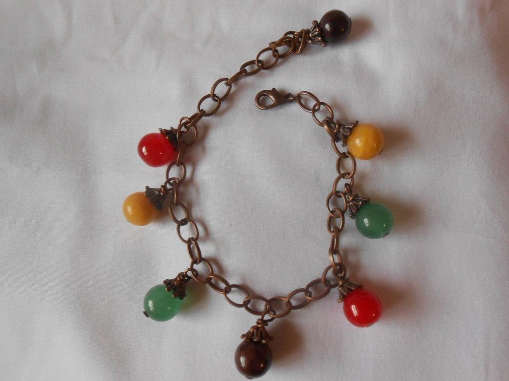 bracciale in metallo color rame con pietre dure divari colori.