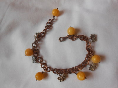 bracciale in catena color rame con agate gialle e charms
