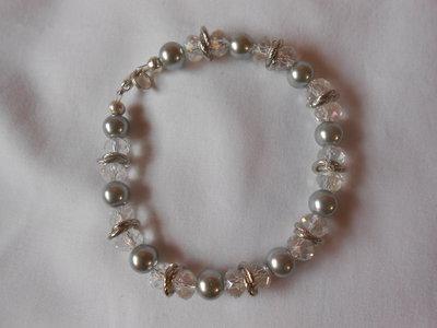 Bracciale con perle grige e cristalli trasparenti bianchi, idea regalo.