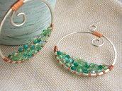 Orecchini tondi in alluminio con perle verdi