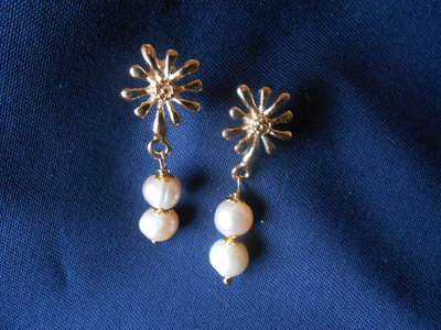 orecchini dorati con perle di fiume