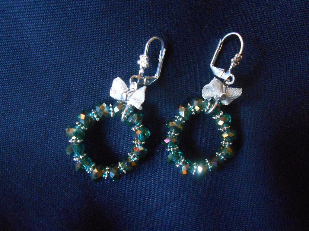 orecchini con fiocchetto e cristalli verdi