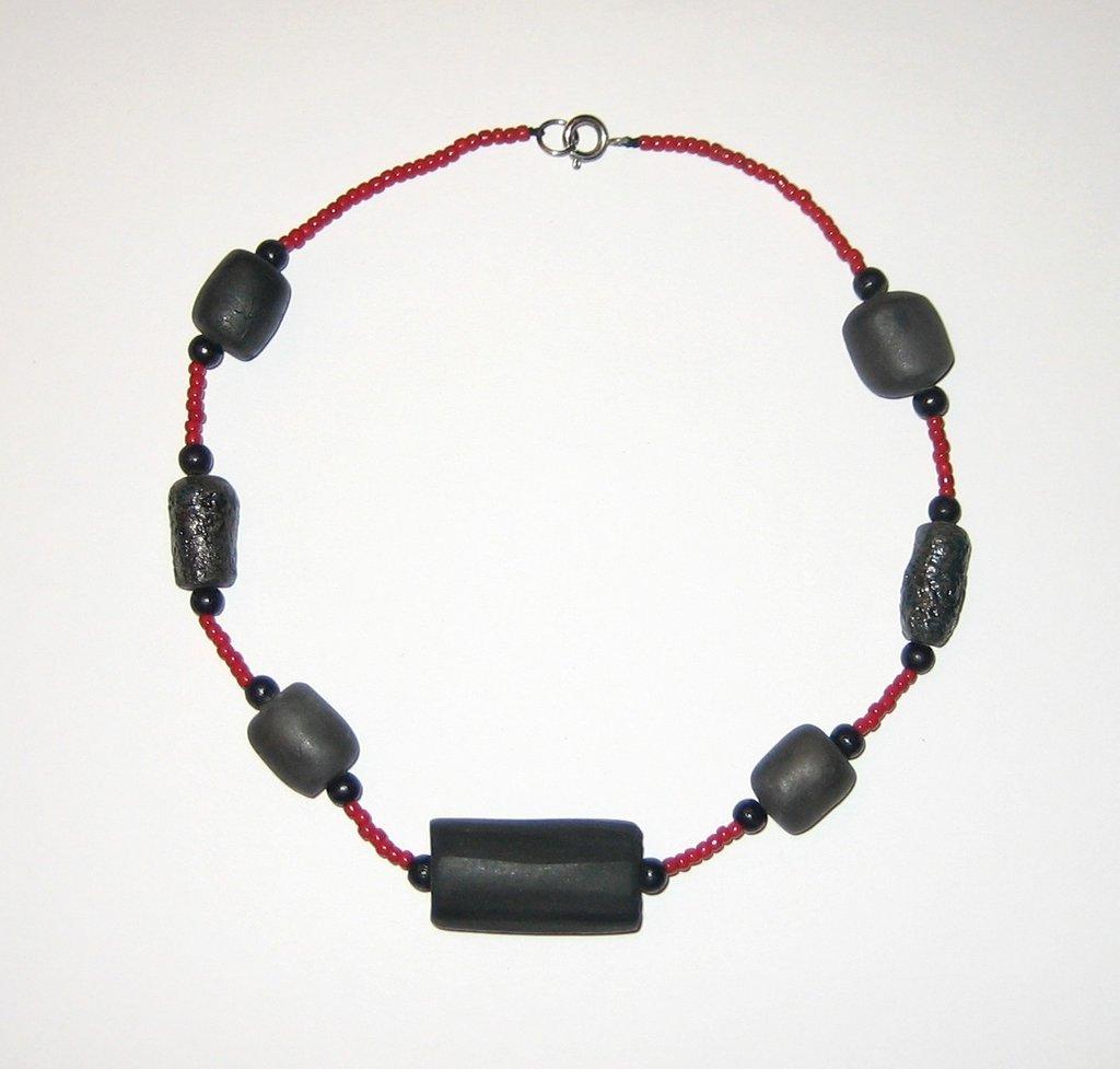 Girocollo perline rosse e terracotta nera