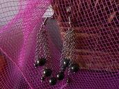 orecchini con catenelle e pietre  grige.