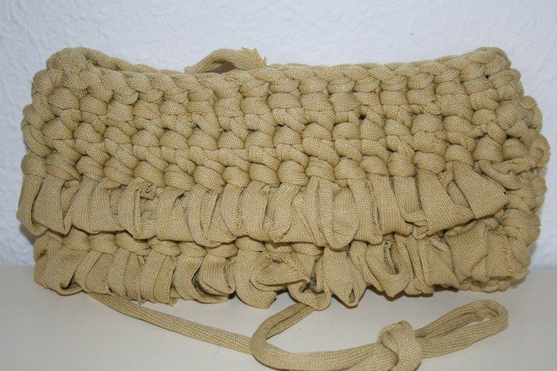 borsa in fettuccia realizzata ad uncinetto