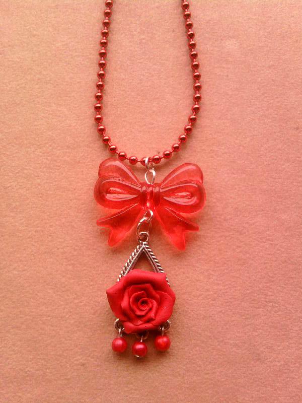 Collana con candeliere con rosa e perle fimo