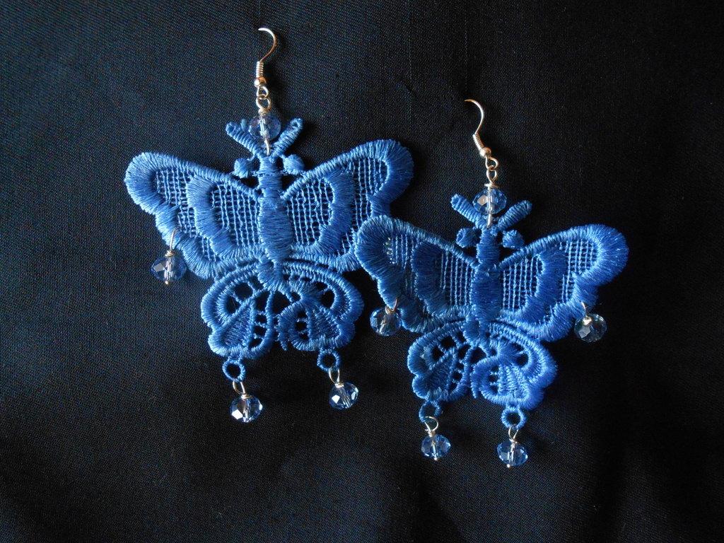 orecchini fatti a mano  in macramè azzurro con cristalli, idea regalo.