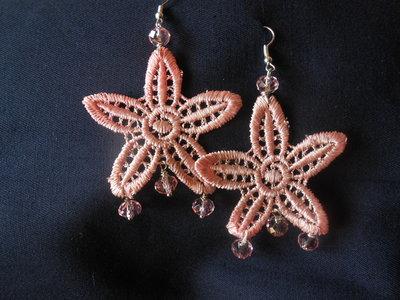 orecchini fatti a mano  in macramè rosa e cristalli, idea regalo.