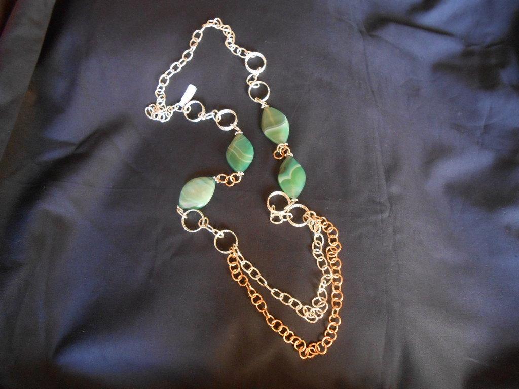 collana lunga fatta a mano con agate verdi striate e catene argento - dorate.