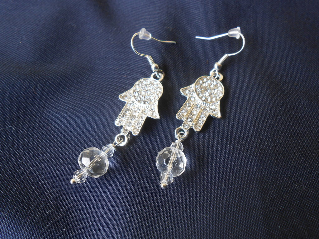 orecchini  pendenti  fatti a mano  con mano tibetana di strass,idea regalo.