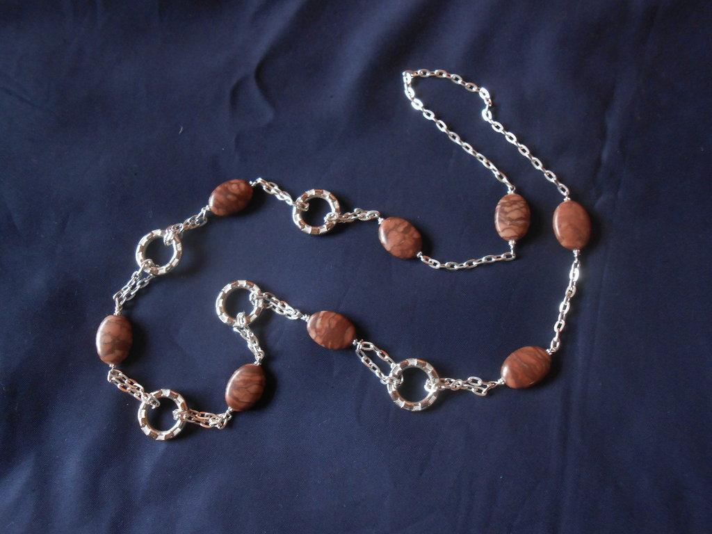 Collana fatta a mano  con cerchi in metallo e  pietre dure marroni .