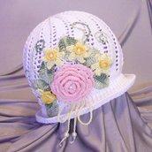 Cappellino fiorito ad uncinetto.