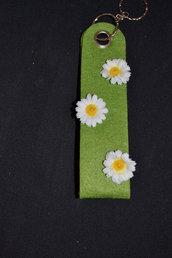 portachiavi in feltro verde con margherite
