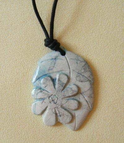 collana con ciondolo in pietra dura e cordino a doppio nodo
