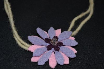 collana in feltro con fiore lilla e rosa