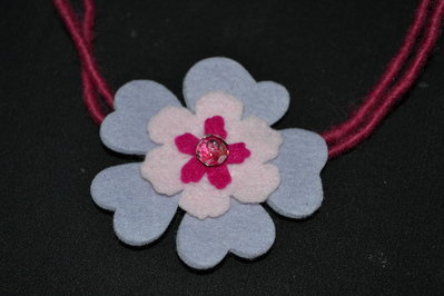 collana in feltro con fiore lilla rosa e fucsia
