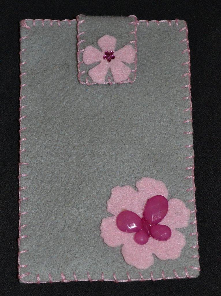 portacellulare in pannolenci grigio con fiori rosa