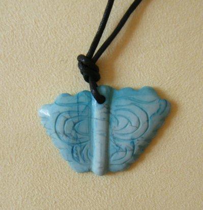 collana con ciondolo farfalla in pietra dura e cordino a doppio nodo