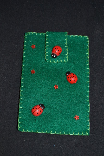 portacellulare in pannolenci verde con coccinelle