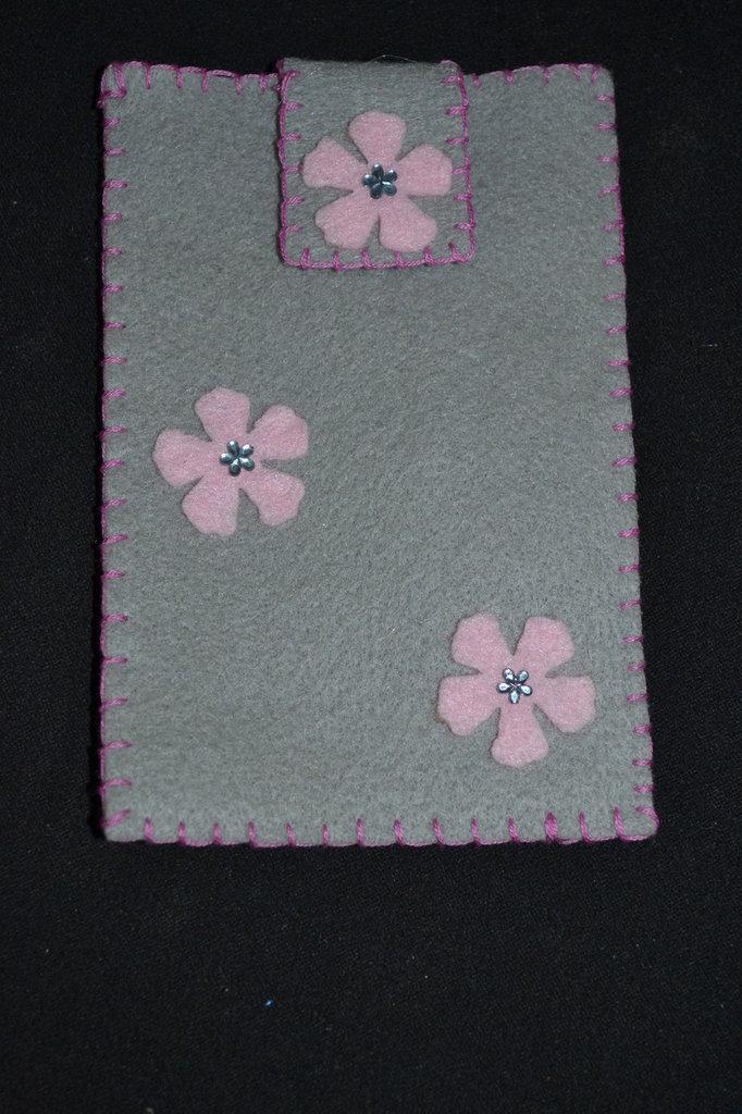 portacellulare in pannolenci grigio con fiori rosa e pietrine