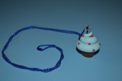 collana blu a pallini con cupcake in fimo