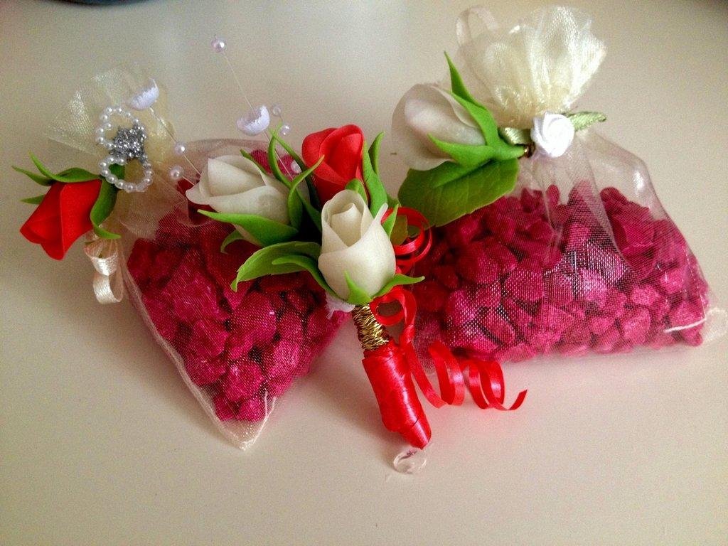 Bomboniere con fiori in ceramica fredda
