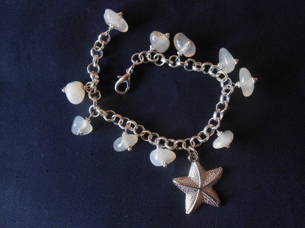 bracciale con  stella e agate bianche