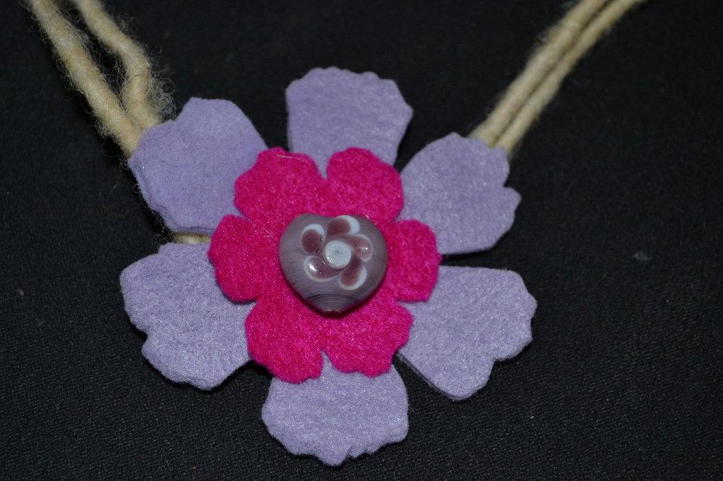 collana in feltro fiore lilla e fucsia con pietra cuore